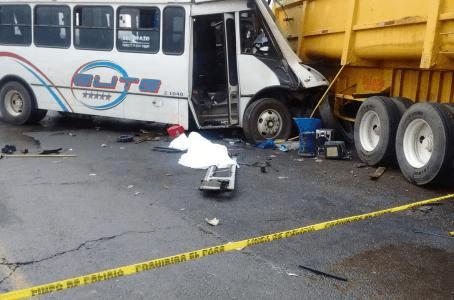Photo of Una más de transporte público en Zumpango; autobús de la empresa Elite choca contra tráiler, deja 2 muertos.