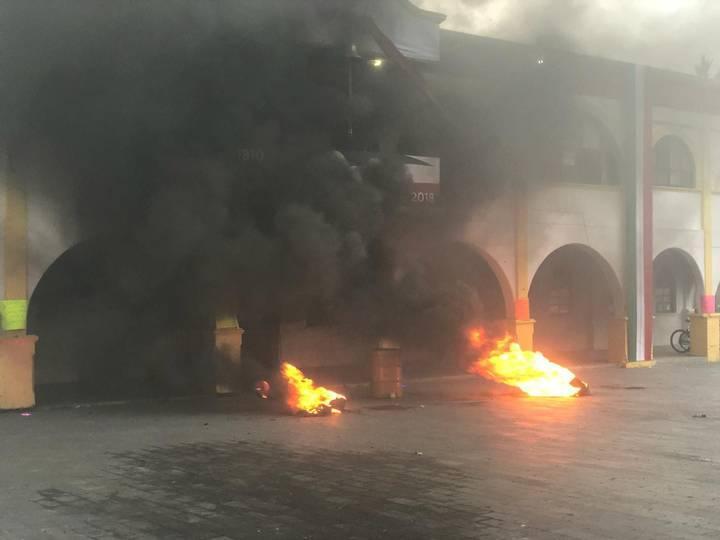 Photo of Pobladores en Nextlalpan toman palacio municipal y prenden fuego a patrulla y motocicletas